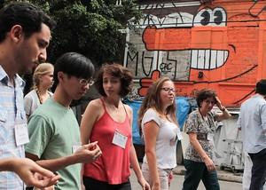 Alunos de Harvard visitam cracolândia, em São Paulo. Atividade integra curso de intercâmbio. Foto: Zanone Fraissat/Folhapress