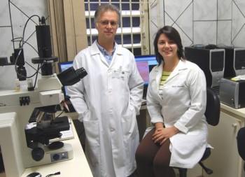 Prof. Dr. Hudson Buck, chefe do Departamento de Ciências Fisiológicas da FCMSCSP, um dos coordenadores da pesquisa, e Marília Albuquerque, pesquisadora e doutoranda na área
